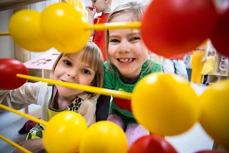 Varpu Joensuu, 4, ja Meeri Sauna-aho, 5, nauttivat leikeistä Pellervon päiväkodin vastavalmistuneissa tiloissa.