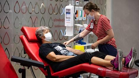 Eveliina Pukarinen (oik.) valmisteli Toini Löytyn verenluovutusta. Löytty aloitti kesälomansa verenluovutuksella.