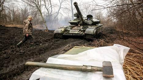 Ukrainalalainen huoltomies huolsi panssarivaunua Luhanskin alueella.