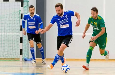Toni Järvisen (vas.) ja Kalle Strömbegin Klubi on vaarassa pudota liigasta, samassa tilanteessa taistelee Tomi Lahtisen Ilves. Viime lauantaina joukkueet iskivät liigakarsinnoissa tasapelin numeroin 4–4.