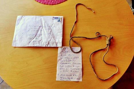Kirjeestä löytyi viesti ja köydenpätkä.