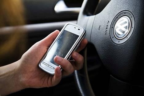 Kännykän räplääminen raskaan kaluston auton ratissa on erittäin vaarallista, muistutetaan tekstaripalstalla.