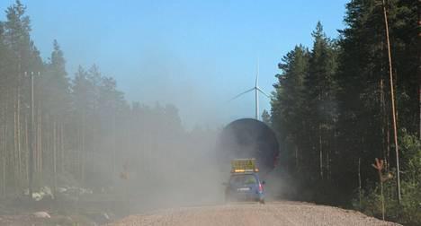 Kankaanpäähän nykyisin kuuluva Honkajoki on ollut edelläkävijä tuulivoimassa. Tämä leveä kuljetus matkasi Kirkkokallion alueelle vuonna 2013.