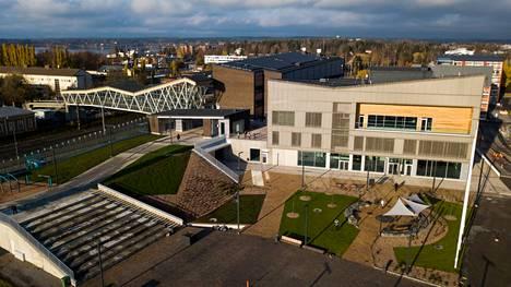 Erik Ednerin puisto ja torialue avautuvat Lempäälä-talon edustalle kesäkuussa. Tämä kuva otettiin alueelta 30. marraskuuta 2020, kun kunta otti vastaan juuri valmistuneen rakennuksen.