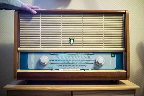 Itäsaksalaista laatua oleva EAW-putkiradio oli ensimmäinen kuunteluväline, jolla Juha Vehmas aloitti radioaaltojen etsimisen. Radio on yhä tallella ja yhä hyvässä kunnossa.