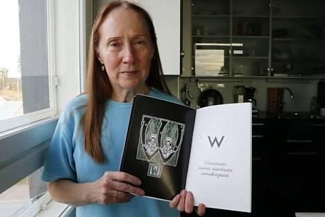 Anja Mattila-Tolvasen mukaan w-kirjaimesta oli vaikea pukea neljän sanan lause. Siitä syntyi