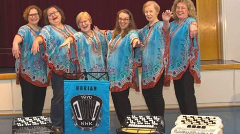 Harmonikkakerhossa soittavat myös naiset eli Marika Paavisto, Eija-Kaarin Haapala, Aila Mäkinen, Maarit Heinonen,  Marja-Leena Kollanen ja Riitta Heinola. Kuvanoton jälkeen mukaan ovat liittyneet vielä Heli Heino ja Paula Uitti.