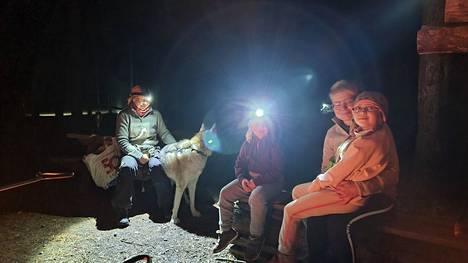Iida Keränen ja Else Koivuniemi olivat nauttimassa ihmeellisestä luonnosta ja yön pimeydestä äitiensä kanssa.