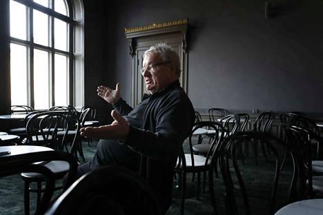 Porin teatterin pitkäaikainen johtaja Patrik Drake jää eläkkeelle. Alaa hän ei kuitenkaan jätä, vaan ohjaa ensi vuonna lastenteatteria Teatteri Hevosenkenkään Espoossa.