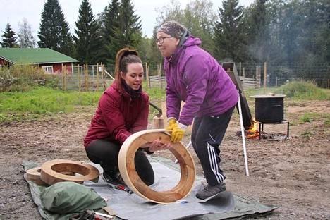 Sannukka Jaatinen valmistaa rumpukehikkoa Elli Maaret Helanderin opastuksella.