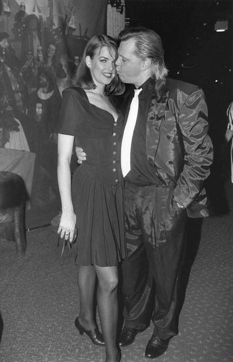 Vesa-Matti Loiri on seurustellut useiden julkkisnaisten kanssa. Tässä kuvassa hän on naisystävänsä Marita Hakalan kanssa 6. joulukuuta 1992.