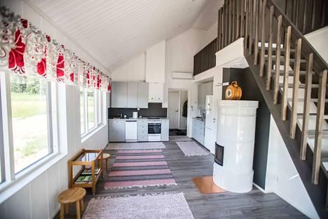 Jo valmiin pikkutalon huoneistoala on 55 neliötä. Tupakeittiöstä nousevat portaat parvelle.