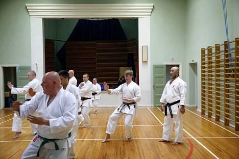 Japanilainen sensei Yusuke Onaka ohjaa 30 vuotta täyttävän Reposaareen karateseuran harjoituksia Reposaaren koulun salissa.