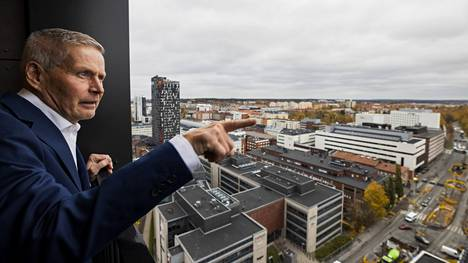 Topaasin 16. kerroksen luhtikäytävän parvekkeelta on näkymät kauas Tampereen keskustan yli.