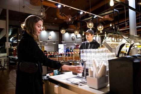 Ouluun tiistaina matkalla olleet Elisa Nuora ja Jake Maununen pitävät siitä, että huoltoasemilla voisi ruokailla myös myöhään.
