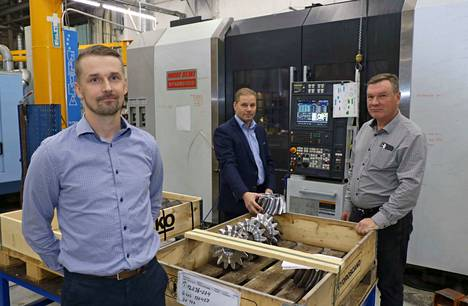 Refimex Machinery Oy:n kaupallinen johtaja Kai-Pekka Tuomisto, vasemmalla, toimitusjohtaja Mika Nieminen ja entinen omistaja Antero Irri, ovat tyytyväisiä kauppaan.