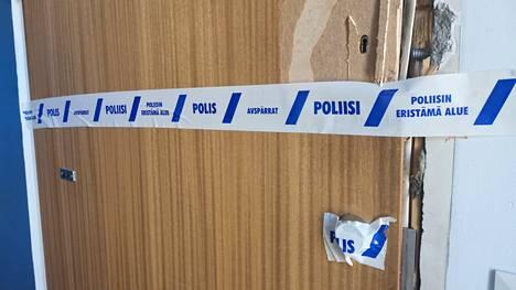 Poliisi joutui murtamaan epäillyn asunnon oven.