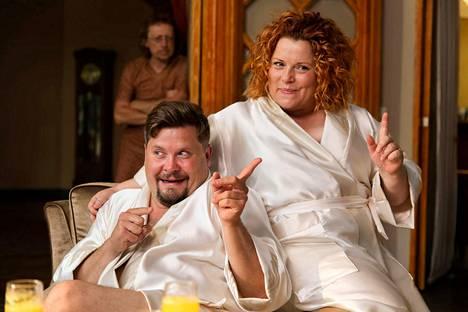 Vauvakuumetta poteva Veera (Kiti Kokkonen) ja hänen höpöttelevä miehensä Jani (Janne Kataja) hakeutuvat parinvaihtoviikonlopun viettoon Swingers-komediassa.
