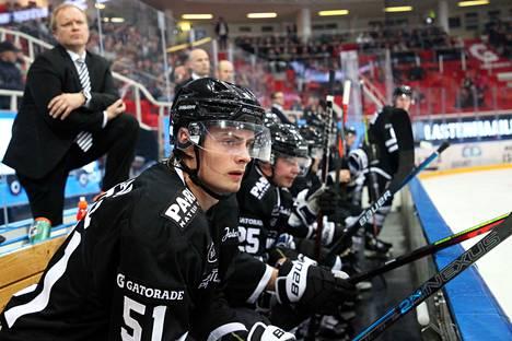 Kalle Kaskisen (vas.) valmentamassa TPS:ssa ei ole viime aikoina ollut syytä hymyyn. Etualalla hyökkääjä Markus Nurmi.
