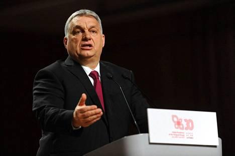 """Unkarissa pääministeri Viktor Orbanin puolue esitteli torstaina ehdotuksiaan lakimuutoksiksi, jotka tähtäävät muun muassa homoseksuaalisuuden """"mainostamisen"""" kieltämiseen. Orban kuvattiin vierailullaan Puolassa helmikuussa 2021."""