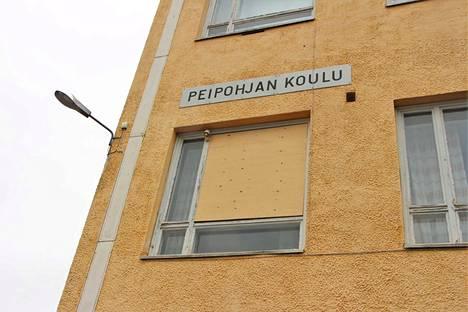 Rikotut ikkunat paikattiin vanerilevyillä pian ilkivaltateon jälkeen.