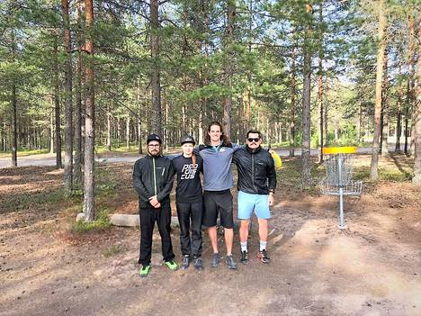 Nate Perkins (2. oikealta) vieraili keskiviikkona Hiittenharjulla. Kuvassa vasemmalta lukien myös Niko Virta, vuoden takainen naisten Euroopan mestari Henna Blomroos sekä tapahtuman organisoinut Mika Laikko.