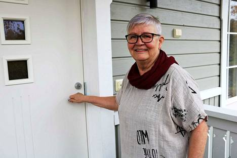 Askartelutarvikkeiden parissa työuransa tehnyt Päivi Hakoma jäi eläkkeelle muutama vuosi sitten. Nyt hänen arkea aikatauluttaa erilaiset keikkatyöt.