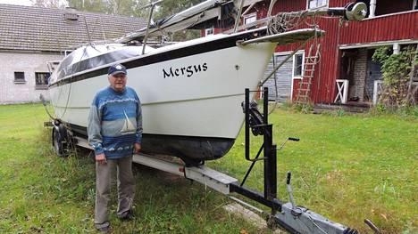Erkki Lehmus Mergus-purjeveneensä vieressä. Mergus on peräisin uivelon tieteellisestä nimestä.