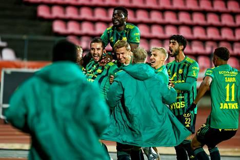 Ilveksen joukkue riemuitsi HIFK:n kaatanutta voittomaalia.