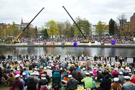 Vappu on perinteisesti saanut ihmiset liikkeelle eri puolilla Suomea, kuten myös Tampereella. Arkistokuva on otettu viime vuoden vappupäivänä koskipuistossa Tampereella, jonne väkijoukot ovat kerääntyneet seuraamaan teekkarikastetta.