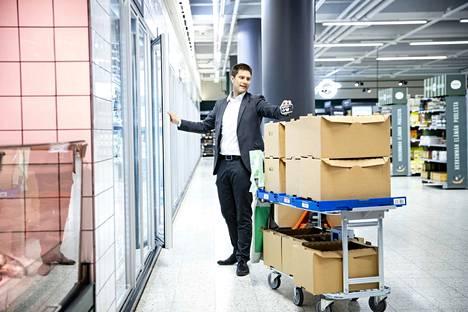 SOK:n digitaalisten palveluiden päällikkö Matti Torniainen täyttää kärryjä, joihin kerätään asiakkaiden verkossa tekemät ruokaostokset.