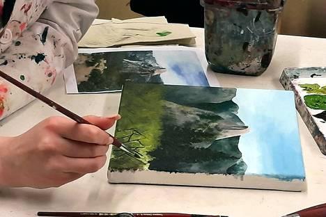 Piirustus- ja maalausryhmässä valmistuu upeita töitä.