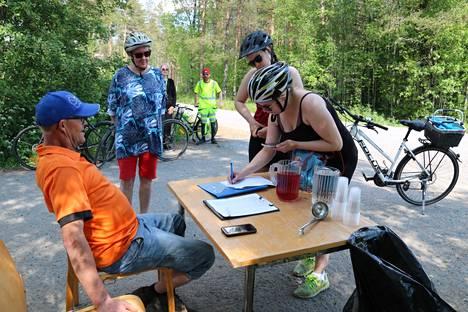 Liikuntasihteeri Taisto Salo ja Satu Uurre seurasivat, kun Jaana Ketonen ja Milja Valli kirjasivat pyöräilysuorituksensa Mäkitien kirjauspisteellä. Paikalle kurvasivat myös merikarvialainen Tino Nurmi ja siikaislainen Sirpa Korkelainen.