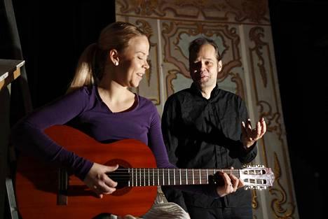 Edelweiss! Maria eli Milla Nordlund on omaksi ilokseen opetellut kitaransoittoa. Soittotaidoille tuli käyttöä heti rooliin pyrkiessä, sillä koelauluissa Nordlund säesti itseään kitaralla ja sai pääroolin. Kapteeni Von Trapp eli Jarkko Kujanpää kuuntelee.