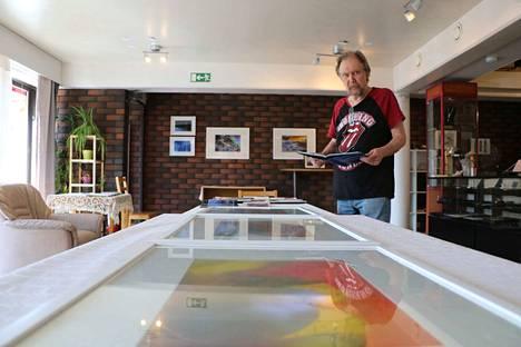 Jukka Salonen on Paneliassa asuva valokuvaaja. Hän on kuvittanut myös kirjoja.