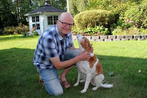 Pertti Manninen on tämän vuoden hörhiäisissä kiireinen mies. Kuvaan tuli myös uskollinen metsästyskaveri Nelli.