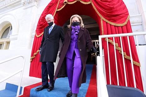 Entinen presidentti Bill Clinton saapui puolisonsa Hillary Clintonin kanssa virkaanastujaisten yleisöön.