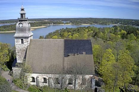 Naantalin kirkon kattopaanujen tervaus kestää yhteensä muutaman arkipäivän.