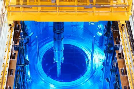 Polttoaineniput asennetaan reaktoriin latauskoneella. Kuva latauksen testivaiheesta.