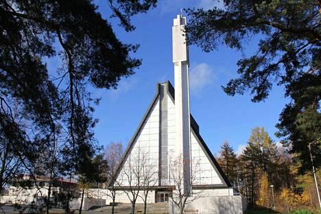 Valkeakosken kirkon käyttöönotosta on kulunut puoli vuosisataa. Lauantaina kirkon säilyttämistä puolustavat ihmiset järjestävät kirkon ulkopuolella juhlahetken 50-vuotiaalle kirkolle.