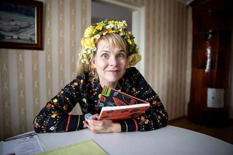 Heli Laaksonen hauskuuttaa ja antaa ajattelun aihetta yleisölle Aurinkokiarraos-runokiertueellaan.