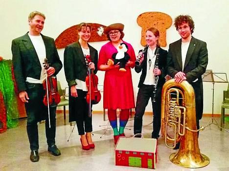 Täti Moonika ja Pingviiniorkesteri esiintyvät Lasten Musiikkijuhlilla.