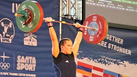 Tältä näytti Sara Tervosen kisaennätyksen teko Rovaniemellä nuorten EM-kisoissa torstaina 30.9. Tulos työnnössä 97 kiloa.