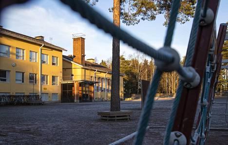 Päihteidenkäyttö ja siihen liittyvät lieveilmiöt ovat olleet yleisiä etenkin Enäjärven koulun ympäristössä.