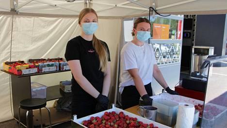 Vilma Laineen ja Lotta Mäkisen mukaan mansikat ovat menneet kesähelteillä hyvin kaupaksi. Juhannuksen aikaan moni haki mansikoita leivontaan, ja nyt liikkeellä ovat ne, jotka aikovat pakastaa mansikoita.