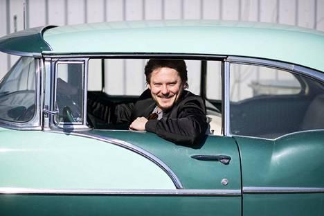 Hyvässä luomisvireessä oleva Jonne Aaron odottaa innoissaan kesää. Hänen kesäautojaan ovat vuoden 1956 Pontiac ja vuoden 1949 Mercury. Lisäksi kalustoon kuuluu Mercedes-Benz -henkilöauto vuosimallia 2017.