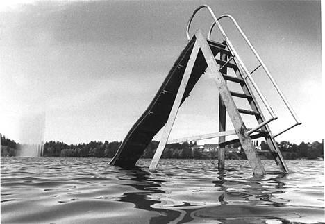 Kennonnokan uimarannan liukumäki ja taustalla Vihnussuihku