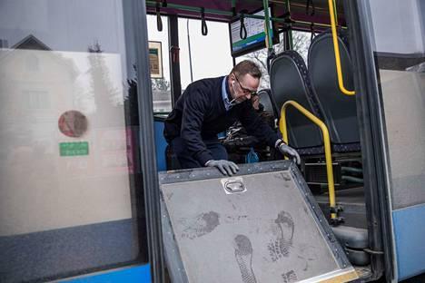 Välillä pyörätuolirampin avaaminenkin on vaikeaa, koska kahva saattaa olla jumissa. Niin kävi tässäkin autossa. Linja-autonkuljettaja Jouko Järvenpää joutui tarttumaan ramppia tiivisteistä saadakseen sen auki.