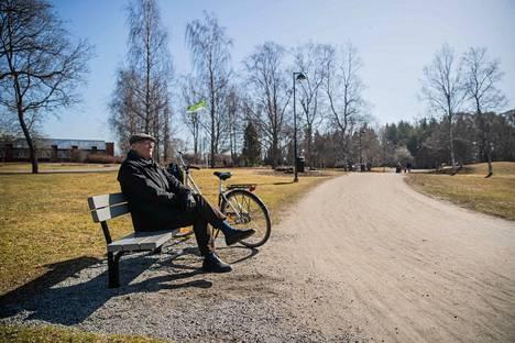 Pentti Kähkönen oli lähtenyt pyöräilemään lämpimässä kevätsäässä. Hän pysähtyi Arboretumille paistattelemaan kaunista kevätpäivää.