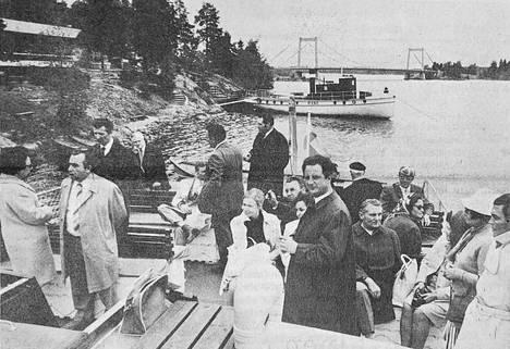 Sääksmäellä kävi saksalaisvieraita. Lähes kolmikymmenhenkinen kunnallispoliittinen ryhmä Länsi-Saksasta vieraili tosin alun perin Tampereella. Matkallaan Hämeenlinnaan ryhmä nautti lounaan Sääksmäen Viidennumerossa, josta matka jatkui vesibussilla.